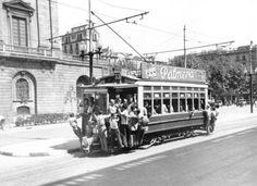 1950. Tranvia 33 cap a la Barceloneta, davant la Llotja o Borsa. Barcelona, Catalunya. Espanya,