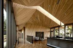 faux plafond design facetté en bois - l'accrocheur dans la salle de séjour