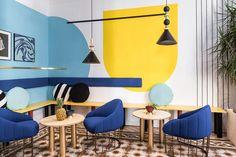 Réparties dur 236 m2, les chambres contenaient des éléments typiques des maisons valenciennes du 20ème siècle comme les carreaux de ciment et les plafonds décorés avec des moules en plâtre, qui ont été maintenus sans modifications. D'autre part, le but de la conception était de convertir l'auberge en un espace plus contemporain, en ajoutant des éléments décoratifs qui pourraient attirer l'attention des différents clients. Par conséquent, chaque chambre a été conçue avec un regard…