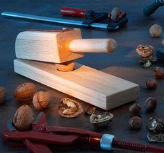Costruire uno schiaccianoci fai da te è un ottimo metodo per cimentarsi in costruzioni basilari per famigliarizzare con il legno e gli utensili.