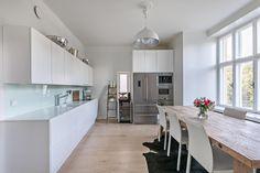 Moderni valkoinen keittiö on ajaton Decor, Furniture, Home, Table, Kitchen