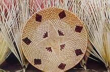 Centro de mesa trançado em palha de carnaúba: arte das mulheres e jovens da Ilha Grande de Santa Isabel.