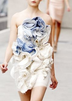 this looks like the patterns made by bath bombs>>>> Soft Sculptural Textures - fabric manipulation for fashion; dress with patterned texture detail Moda Fashion, Fashion Art, High Fashion, Fashion Show, Fashion Design, Petite Fashion, Curvy Fashion, Fall Fashion, Style Fashion
