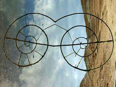 Esculturas feitas com materiais naturais geram ilusões incríveis