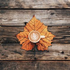 @beyjess12 // I love this design of a latte on a maple leaf on a wooden table.