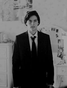 Jughead Jones played by Cole Sprouse in Riverdale Riverdale Tumblr, Bughead Riverdale, Riverdale Archie, Betty Cooper, Alice Cooper, Sprouse Bros, Dylan Sprouse, Cole Spouse, Cole Sprouse Jughead