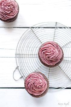Schokoladen-Kirschkuchen - Diese reichen Schokolade Cupcakes sind mit einem leichten Baiser-basierte Kirsche Butter gekrönt.  Holen Sie sich das Rezept von SavorySimple.net.