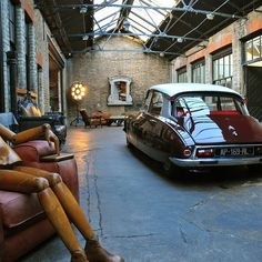 Industrial decor style is perfect for any space. An industrial garage is always a good idea. See more excellent decor tips here: www.pinterest.com/vintageinstyle #InteriorDesign #HomeDecor #Design #Architecture #Furniture #Bedroom #Bathroom #Kitchen #LivingRoom #garage