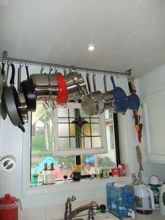 Si el espacio por encima del fregadero lo permite, puedes colgar una barra sencilla del techo.