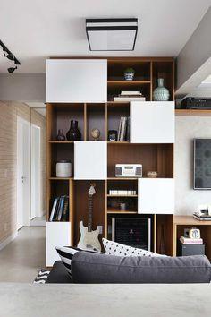 O casal de clientes do escritório Mandril Arquitetura queriam um apê onde pudessem curtis os seus hobbies, mas com total conforto. Como ela adora cozinhar e ele tocar instrumentos musicais, o escritório abriu a cozinha para o living integrando assim o espaço de jantar