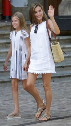 August In a moment of low-key summer glam, Queen Letizia attended a royal photo session in Mallorca wearing a white eyelet Adolfo Dominguez minidress, pairing the look with Uterque rhinestone sandals and a Whitelily straw tote. Trendy Summer Outfits, Classy Outfits, Fall Outfits, Little White Dresses, Nice Dresses, Summer Dresses, Dresses Dresses, Royal Fashion, Fashion Looks