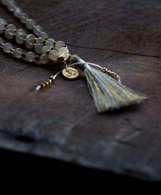 Swadhisthana Chakra ist der Ort tiefer Sehnsüchte. Hier kommen all deine Träume, Wünsche und Hoffnungen zum Ausdruck. Damit sie ihre Unterstützung für dich voll entfalten kann, enthält deine Swadhisthana Mala energetisch aktivierten Regenbogen-Mondstein und 24k vergoldetem Hämatit. Chakra, Tassel Necklace, Jewelry, Longing For You, Chains, Rain Bow, Stones, Jewlery, Jewerly
