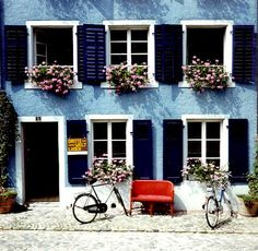 Blue House Design, Pictures, Remodel, Decor and Ideas - page 2 Cedar Window Boxes, Cedar Shutters, Exterior Shutters, Stucco Exterior, Exterior Paint, Exterior Tradicional, Swiss Cottage, Lake Cottage, Outdoor Projects