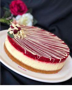 Strawberry Mousse Cake, Oreo Crust, Caramel Frosting, Layer Cake Recipes, Baked Strawberries, Star Food, Caramel Pecan, Homemade Whipped Cream, No Bake Cake