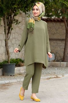 Oversize White Sweater and cardigan ,Black cropped pants and flats, perfect casual look! Modern Hijab Fashion, Muslim Fashion, Modest Fashion, Fashion Outfits, Casual Summer Outfits For Women, Casual Outfits, Kurti Designs Party Wear, Dress Designs, Pakistani Dress Design