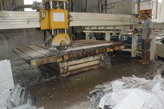 Cắt QC với máy CNC hiện đại, Kỹ thuật ra đá có tay nghề cao. Tiết kiệm thời gian và chính xác theo số đo, lợi đá cho khách hàng Đức Hiếu Q12 Granite & Marble Xưởng Gia Công đá hoa cương đẹp giá rẻ theo yêu cầu của quý khách hàng.