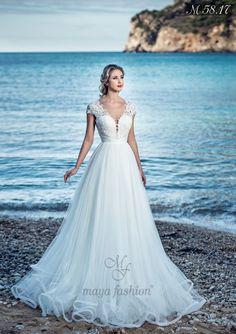 O rochie de mireasa stil printesa, un model special care te va plasa in centrul atentiei prin eleganta desavarsita. Croiul clasic este irezistibil: decolteul in forma de inima din dantela fina si usor cazut pe umeri dezvaluie delicatetea acestora pentru un look absolut ravasitor. Bridal Party Dresses, Wedding Gowns, The Bride, Stunning Wedding Dresses, Beaded Lace, Lace Applique, Ruffles, Marie, Tulle