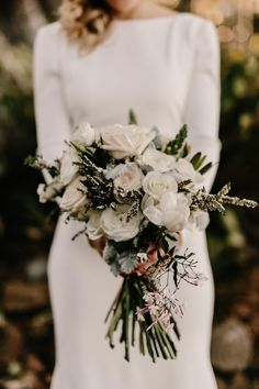 Purely pretty white bridal  bouquet| Image by Zoe Morley