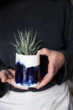 Keramik Übertopf mit weiß und blau, Keramiktopf, saftigen Pflanzer Haus Erwärmung Geschenk Dieses besondere und einzigartige Pflanzgefäß wird Ihrem Regal Pflanzen sicherlich ein ganz anderes Aussehen verleihen. Es ist im Zettel-Technik erstellt und beendete mit einer glänzenden Glasur. Die Pinselstriche sind handgemacht in Schlupf Färbung. >< -Größe: 4,1 H x 2,9 W / 10,5 cm H x 8 cm W -Farbe: dunkelblau mit weißen Pinselstrich -Geschirrspüler-Backofen und Microwelle sicher -Blei...