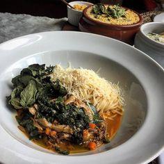 Hoje comemos no Restaurante Caxiri realmente ele é bom como falam. Com uma leitura mais contemporânea da comida local em uma ambiente bonito e com vista pro Teatro Amazonas. Na foto o Ragú de Pato no Tucupi com espaguete (R$52) uma delícia que vale a pena pedir. #gourmetadois #gourmet #restaurante #gourmetadoisporai #viagem #travel #lifestyle #ragu #pato #tucupi #comida #patonotucupi #massa #foodporn #blogger #amazonas #manaus
