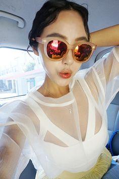 Today's Hot Pick :ボディコンシャスカッティングキャミソール【DARK VICTORY】 http://fashionstylep.com/SFSELFAA0014261/khyelyunjp/out ボディコンシャスなデザインで、メリハリ良く仕上げたキャミソール♪ 胸のカッティングが、エッジィな肌見せポイントに。 バックファスナーつきなので着脱も簡単です。 トレンドバランスに決まるショート丈&合わせやすい無地は、メインやインナー使いにと広く大活躍♪♪ 身長によって着丈感が異なりますので下記の詳細サイズを参考にしてください。 ◆色: ホワイト/ブラック