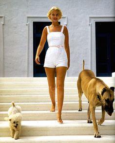 Saturday Inspiration | C.Z Guest by Gianni Penati. Vogue Magazine 1967  ____________________________________________ #mariefrancevandamme #saturdayinspiration #inspiration #czguest #giannipenati #vogue #voguemagazine #tastemaker #style #styleicon #fashion @voguemagazine