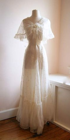 vintage wedding dress / wedding gown at Xtabay. vintage wedding dress / wedding gown at Xtabay. Vintage Gowns, Vintage Outfits, Dress Vintage, Vintage Hats, Vintage Ideas, Vintage Clothing, 1930s Fashion, Vintage Fashion, Vintage Style