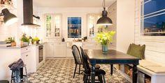 Lindö PLUS ger dig platsen att umgås. Med klassiska detaljer som spröjsade vitrinluckor och bearbetade socklar ger köket dig ett varmt och ombonat intryck. Genom att förlänga köksinredningen och skapa smarta sittlösningar kan du skapa platsen för de stora sällskapen. …