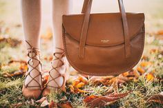 What a perfect day for an autumn stroll. Our large Paternoster tote looks beautiful on @aclotheshorse.