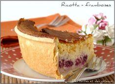Une tarte à la ricotta légère, mousseuse et truffée de framboises, cela vous tenterait - il ? Oui ? Alors descendez votre curseur ... La voici Réalisez - la, dégustez et savourez , vous la réaliserez encore ... Chiche ? INGREDIENTS ET RECETTE pour un... Dessert Fruits Rouges, Desserts Fruits, Quiche, Berries, Cheesecake, Cherry, Snacks, Oui, Cheesecake Pie