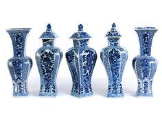Höhe: 26,5 - 30 cm. China, Qing-Dynastie, Kangxi Periode (1661-1722). Sehr feine, vollständige Porzellangarnitur, bestehend aus drei Deckelvasen und zwei...