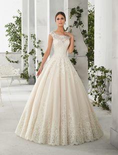 Rochie de mireasa stil printesa din tul si dantela Chantilly.Topul din broderii de cristale si fusta din dantela de Chantilly este incununarea elegantei acestei rochii de mireasa.