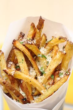 Garlic Parmesan Frites (And they sound awesomely yummy!) I wonder if these are like the Pomme Frites at Disneyland? I Love Food, Good Food, Yummy Food, Tasty, Healthy Snacks, Healthy Eating, Healthy Recipes, Healthy Fries, Ww Recipes