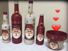 mais garrafinhas estas lindezas foi minha aluna virtual Pâmela Veríssimo que fez! Olha que maravilhosa a combinação de c… Wine Bottle Display, Wine Bottle Glasses, Wine Bottle Art, Painted Wine Bottles, Lighted Wine Bottles, Painted Jars, Snapple Bottle Crafts, Christmas Wine Bottles, Wine Decor