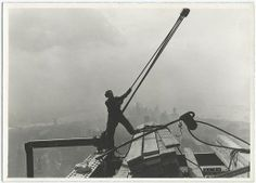 Lewis Hine captured weird Empire State Building photos under construction in Have a look at these 20 famous empire state building workers photos. Empire State Building, Ellis Island, Construction Worker, Under Construction, World Trade Center, Old Photos, Vintage Photos, Wisconsin, Tennessee