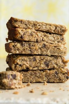 Banana Bread Protein Bars (oh she glows) Vegan Treats, Vegan Snacks, Healthy Treats, Healthy Desserts, Healthy Food, Banana Protein Bars, Vegan Banana Muffins, Vegan Baking, Healthy Baking