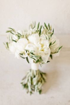 bouquet peonie bianche e olivo