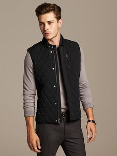 The casual puffer vest is back in style and so this one's for the guys who want to know how to wear a puffer vest (with style) this fall. Black Vest Outfit, Puffer Vest Outfit, Mens Puffer Vest, Black Puffer Vest, Vest Outfits, Vest Men, 1950s Jacket Mens, Cargo Jacket Mens, Leather Jacket