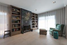 Libreria y sillón en el salón principal | Proyecto de reforma Canet de Mar | Standal #diseño #interiores #reformas #Standal #salones #sala #zona #estar