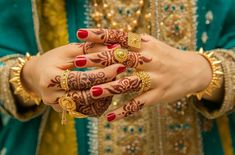 From traditional full hand mehndi designs to Arabic as well as contemporary half hand mehndi options, we've brought together the best mehndi ideas for your big day. Gold Ring Designs, Gold Earrings Designs, Gold Jewellery Design, Necklace Designs, Mehndi Designs For Beginners, Bridal Mehndi Designs, Henna Designs, Gold Jewelry Simple, Stylish Jewelry