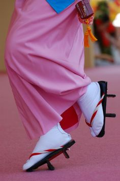 Japanese clogs, Geta 下駄 That looks scary to me, like the moment she is tripping. Though that could simply be how running or even walking in geta looks, I have no idea. Japanese Kimono, Japanese Art, Japanese Geisha, Japanese Festival, Memoirs Of A Geisha, Japanese Beauty, Nihon, Yukata, Costume