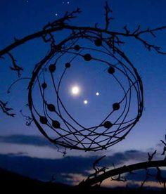 En un enredo caprichoso de las ramas sujeta del espacio tres estrellas