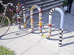 mettiamoci una pezza! una città ai ferri corti urban knitting a l'aquila, 6 aprile 2012 per partecipare: http://mettiamociunapezza.wordpress.com/come-partecipare/