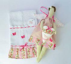 A bonequinha é uma ótima lembrancinha para a bebê que acabou de nascer. Linda para decorar o quarto,  porta de materinidade, berço ou portas de armário. Coração decorado com letra do nome bordado à mão. Tecidos 100% algodão com padrão floral e enchimento de fibra siliconada. toalha decorada com os mesmos tecidos da boneca.  boneca+toalha embalados em saco de tule com flor e laço de cetim+saco de presente com etiqueta R$ 55,00