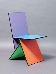 Deze stoel is uniek omdat het vier houten vierkanten zijn en dat vormt een stoel