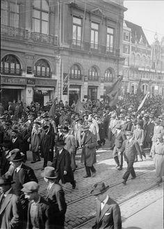 Manifestação, Lisboa, Portugal    Manifestação de vini-vinicultores do Douro. Lisboa, 1928.  Fotógrafo: Mário Novais  Data de produção da fotografia original: 1928.