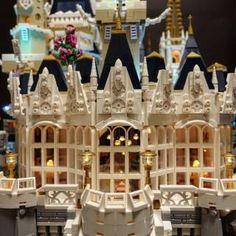 LEGO Disney Castle 360 - HelloBricks Disney Diy, Arte Disney, Lego Princesse Disney, Lego Disney Princess, Lego Disney Castle, Lego Castle, Chateau Lego, Lego Christmas, Christmas Decor