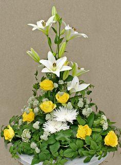 Sorgdekoration med liljor, gula rosor, stjärnflocka (astrantia), chrysanthemum anastasia, hallonblad http://holmsundsblommor.blogspot.se/2013/08/i-ljusa-toner.html. Nr 13H