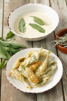 Salvia fritta in una leggera pastella senza uova, realizzata con farina, amido e acqua frizzante fredda: ricetta perfetta come apertitivo.