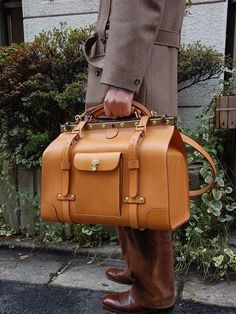 THE Herz Gladstone Bag is a thing of beauty! Old School Style, Gladstone Bag, Fashion Bags, Mens Fashion, Leather Projects, Men's Grooming, Leather Accessories, Leather Handbags, Leather Bags